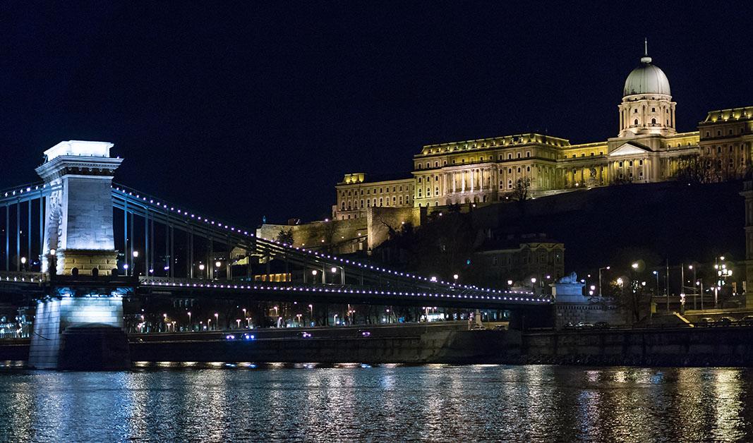 布达佩斯河岸观光船